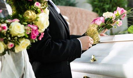 organisation d'une cérémonie funéraire au cimetièreà Avignon